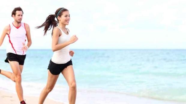 correr-playa-pareja