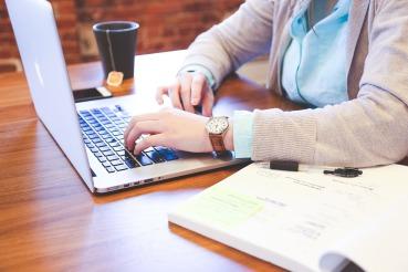 trabajador-ordenador